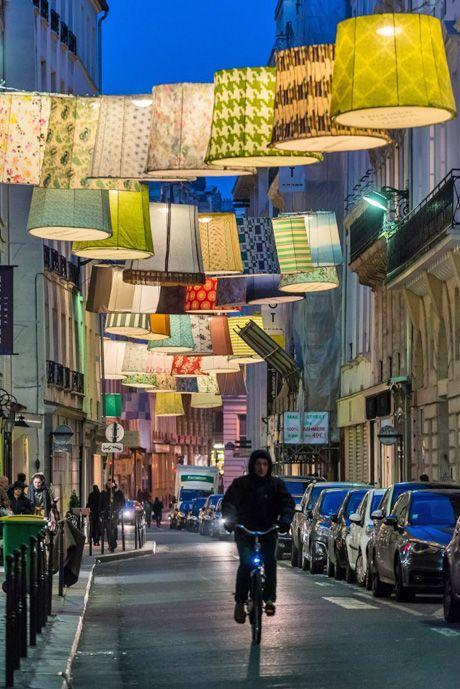 La rue du mail ornée de lanternes géantes à l'occasion de Paris Déco Off