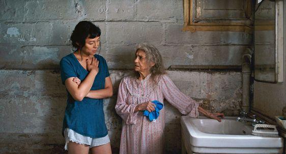 Isabel Sandoval, como Olivia, y Lynn Cohen, como Olga, en 'Lingua Franca'