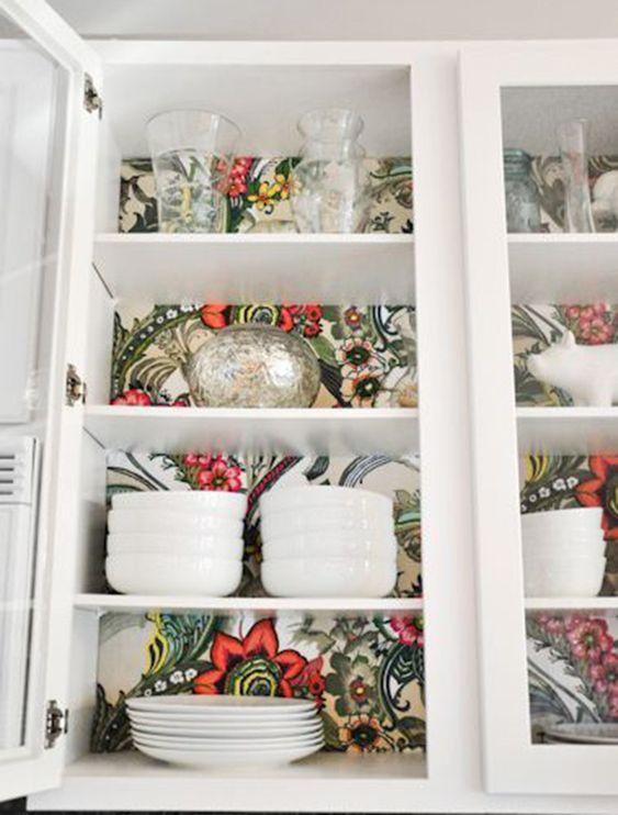 Un papier peint pour rénover l'intérieur d'un placard de cuisine