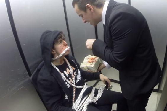Russo decide pregar um susto a quem entra no elevador. TopaIsto