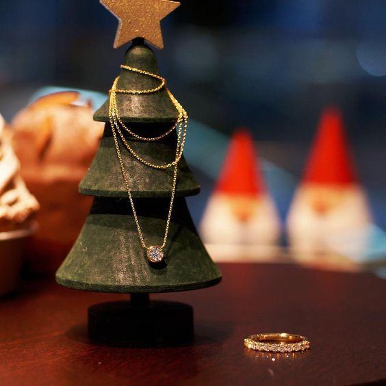 12月。 クリスマスツリーの木を探しに出かけたら、 チョコレートとモンブランのケーキを山で 道に迷ってしまいました。 2人のノームに道を教えてもらったら。。。 キラキラ輝く贈り物が見つかりました♡ #メリークリスマス #ヴァンモア #クリスマスプレゼント #vanmore #サンタ #ノーム #ダイヤモンド #diamond #贈り物 #自分へのご褒美 #ジュエリー #jewelry