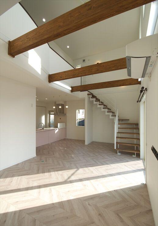 掃き出し窓からの光が照らす アイアン手摺のリビング階段 ルポハウス