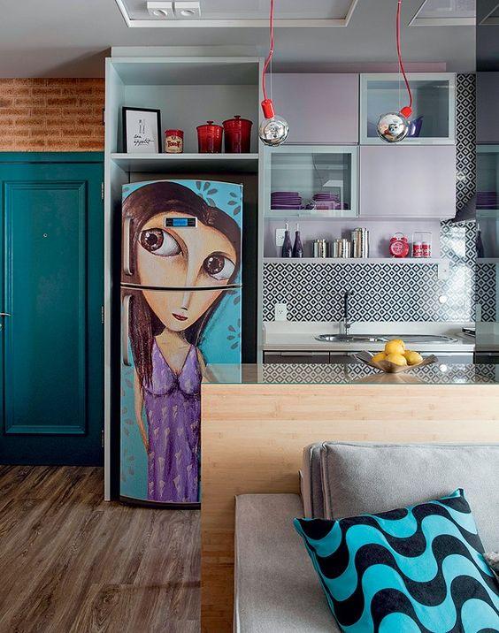 Com grafite de Paulo Gouvêa plotado e adesivado na geladeira, a arte foi baseada em fotos da moradora. Na parede, revestimento Cobogó Índigo, da Portobello (Foto: Marco Antonio/Editora Globo):