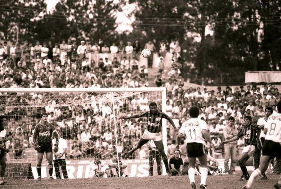 Atletiba - Fião limpa a área rubro-negra neste Atletiba do Campeonato Paranaense de 1989 (vitória atleticana por 1 a 0). Uma subida com estilo e o traje de gala da época: camisa com a logo da Coca-Cola, chuteiras negras e, claro, calção curto.