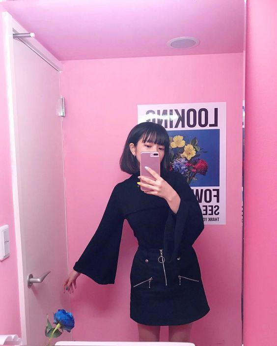 ピンクの部屋で写真を撮る田中芽衣
