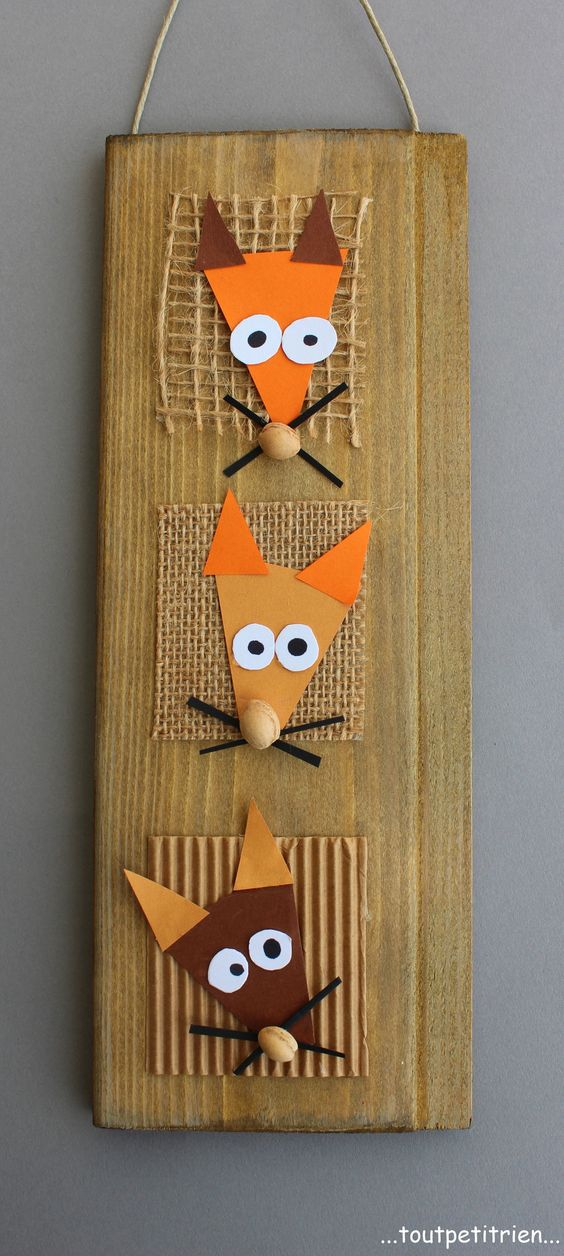 """Cadre """"3 petits renards"""" pour l'automne bricolé avec les enfants : avec chute de bois, jute, papier et noyaux de cerises en guise de museaux. www.toutpetitrien.ch - fleurysylvie - #bricolage #enfant:"""