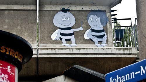 Was gibt Willi denn der Maja? Fotografiert von Christoph im Hecht-Viertel.