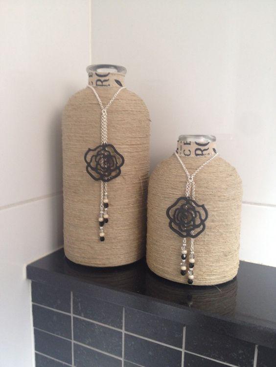 Flessen dubbelzijdige tape, touw er om heen wikkelen, een ketting met een leuke hanger en kraaltjes en klaar: