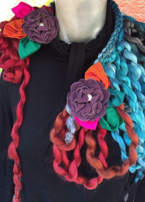 Collar contemporáneo, asimétrico, de estambre, seda, gamuza y perla. Todo hecho a mano. Pieza única. FB: Alejandra Aceves Diseño de Autor.
