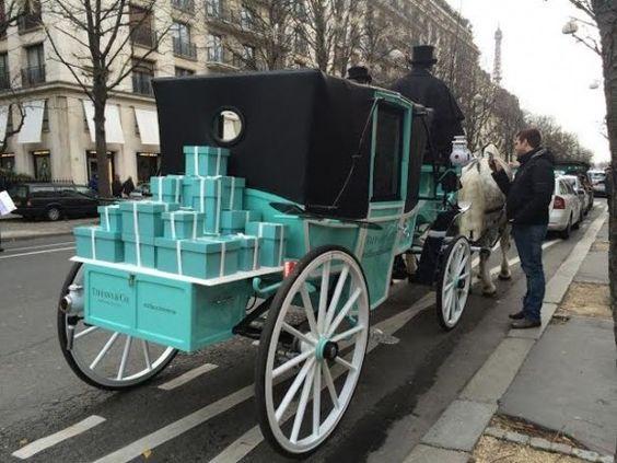 Que cada um destes lindos embrulham contenham um sonho seu... Numa rua de Paris, Papai Noel faz entregas... Tiffany!
