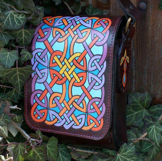 Pozdrav z Anglie Etno taška v krasné čokoládové barvě s uzlovým vzorem z desky z 8. století (anglosaský vlys v kostele sv.Hardulpha). Taška je vyrobená z hovězí kůže o sile 4 mm, je ručně barvená a prošitá voskovanou nití, keltský motiv je ručně vytlačen a namalovan kvalitními barvami na kůži, kteří jsou pružné a odolné vůči vodě,taška je nasledně ...