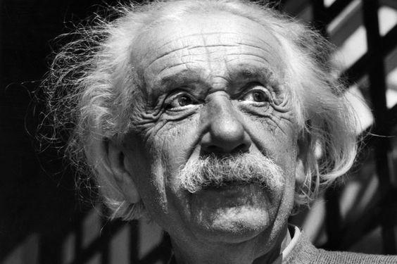 ひげを蓄えて遠くを見つめているアルベルト・アインシュタインの壁紙・画像