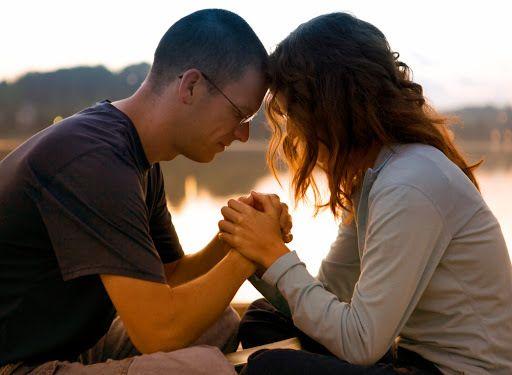 Oração de um casal fortalece o relacionamento.