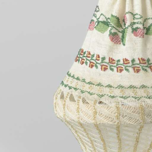 Reticule, basket shaped handbag,  Knitted in cotton with glass beads. Collection Rijksmuseum Amsterdam.