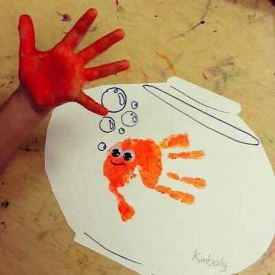 Lustiger #Handabdruck. Findet #Nemo.  #malenmitkindern #geschenk #fisch