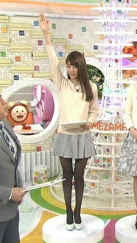 台上で挙手をする岡副麻希の美人でかわいい画像