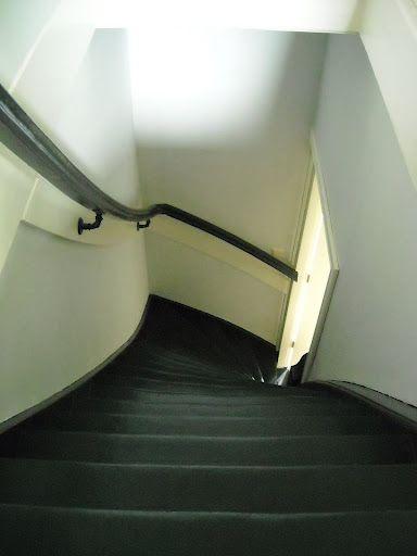 leuning in donker grijs met wit  Donker grijze vloerbedekking    trappenhuis   Pinterest   Met