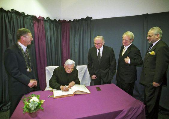 Der Papst kommt mit dem Passat. Das wäre ein schöne Überschrift gewesen an jenem 27. Oktober 1998, als ihn eine Schönstatt-Schwester im VW bis vors Ahauser Schloss chauffierte. Aber der Papst war ja damals noch kein Papst. Doch auch als Joseph Kardinal Ratzinger war er ein äußerst prominenter Besuch, dem auch Johannes Rau seine Aufwartung machte – als damals künftiger Bundespräsident.
