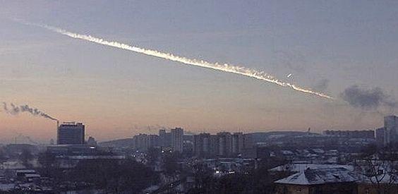 """Fotografia publicada pelo jornal russo """"Komsomolskaya Pravda"""" mostra rastro de fumaça deixado por meteoro na região de Tcheliabinsk, nos Montes Urais (Rússia). Autoridades informaram que o meteoro provocou danos em prédios e casas e deixou deixou cerca de 500 feridos"""