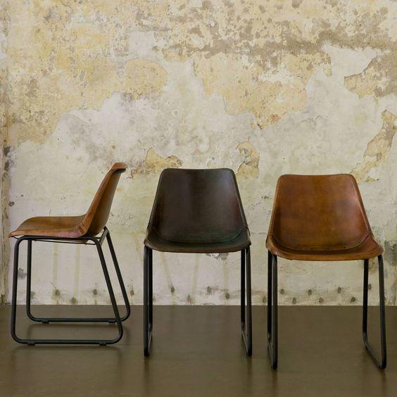 Deze stoere eetkamerstoel Rough is gemaakt van donkerbruin zwart leer en heeft een stoer metalen frame. De stoel van BePure lijkt op een prachtig vintage exempl