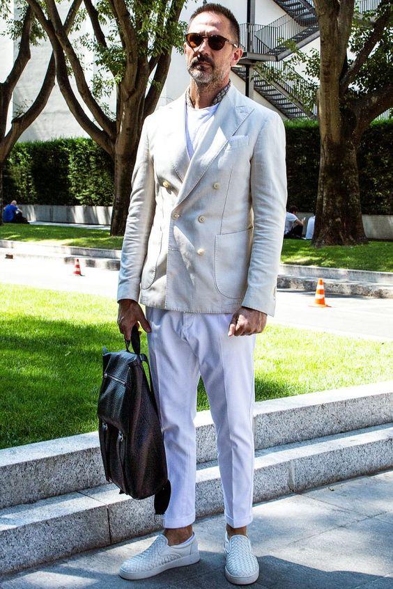 ワントーンコーデをホワイトでまとめながら、オフ白のダブルジャケットと白スラックスでドレス度アップ