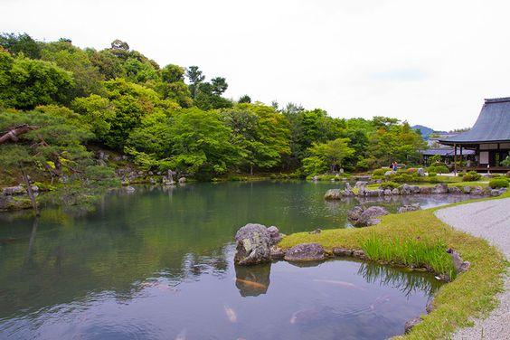 Le temple Tenryû-ji fut fondé en 1339 par le shôgun Ashikaga Takauji et le moine bouddhiste Musôsoseki.Il est dédié au repos de l'âme de l'empereur Godaigo.