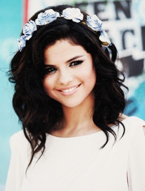 (FC: Selena Gomez) hi im Rebecca but you may call me Becca...I'm 18 and single. Im a huge flirt. Intro?