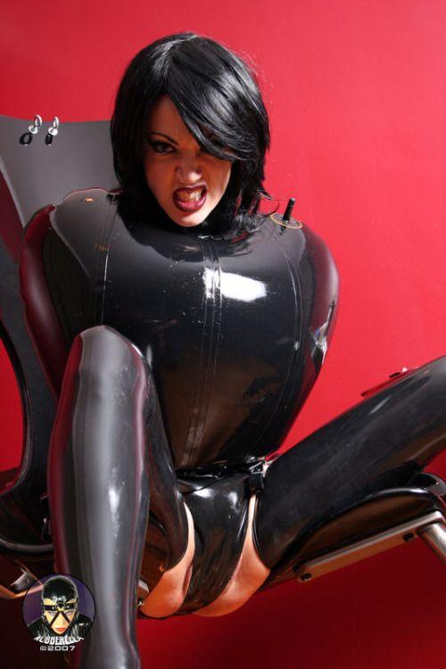 Black bodyybuilder using dildo