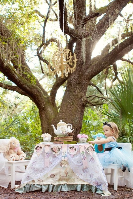 Alice in Wonderland Tea Party... Oh my gosh i love this! <3 i swear if i have a daughter her name will be Alice! :)