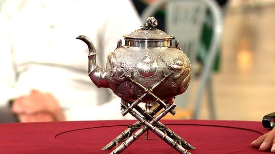 Wasserkessel - Der Rechaud und der mit dem chinesischen Glückssymbol, einem Drachen, dekorierte Heißwasserkessel, beide gefertigt um 1900, Silber, zeugen von der damaligen Begeisterung für chinesische Produkte. Geschätzter Wert: 800 bis 900 Euro