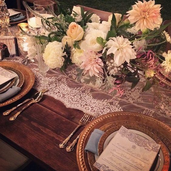 Rustic table with luxurious combinations. Mesa rústica com combinações luxuosas.