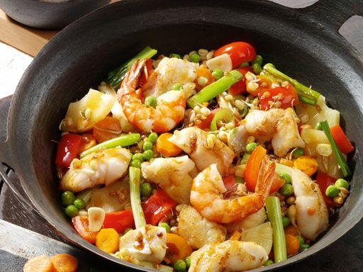 Süß-saure Gemüsepfanne mit Fisch, Garnelen und Ananas - Rezept