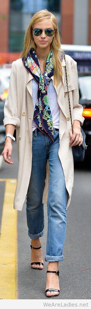 jeans, t-shirt, trench coar, salto alto e um lenço estampado. Adorei esta produção simples e estilosa para o dia a dia!