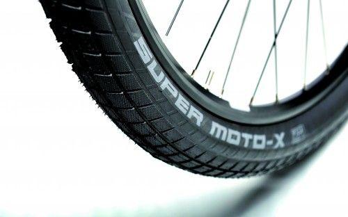 Komfortpaket: Der dicke Schwalbe Super Moto X-Reifen bietet tollen Fahrkomfort.