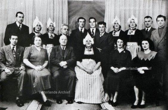 Het gezin van Jan Runderkamp uit zijn beide huwelijken met Ciska Kuntz en Neeltje Zwarthoed (Jennoe) Achteraan staanv.l.n.r.: 1. Cor, 2. Lies, 3. Griet, 4.Wim (van 't Zwarte Pad), 5. Klaas (Bakker), 6. Toon, 7. Jan (de timmerman), 8 Aal, 9. Neel, 10. Jan (Tuf), 11. Herman; zittend v.l.n.r.: 12. Sijmen, 13. Truus, 14. Vader Jan, 15. Moeder Neel (van Jennoe), 16. Annie, 17. Gaar.  #NoordHolland #Volendam
