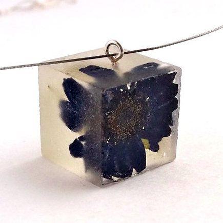 Preciosos Brazaletes, anillos, colgantes y pendientes realizados con resina transparente que incluyen en su interior pequeñas flores y plantas. No hay dos piezas iguales.