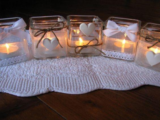 Vasetti portacandele - Barattoli di vetro con cuoricini e fiocchetti bianchi per decorare la casa a Natale.