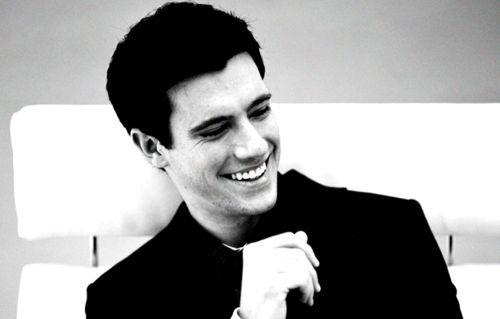 Drew Roy .. Sexy man from iCarly but now that Falling Skies Show, so cute