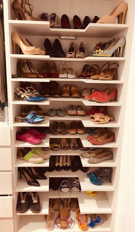 Organiza Tus Zapatos Colocándolos Por Pares En Repisas Alrededor Del Closet Organizador De Zapatos Organizador De Zapatos Casero Almacenamiento De Zapatos