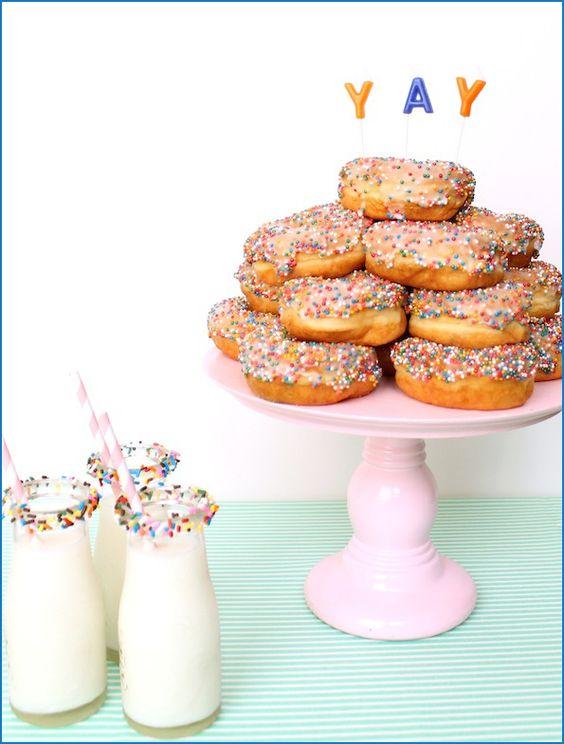 Una tarta de donuts! Con sprinkles! De Evite, via blog.fiestafacil.com / A doughnut cake! With sprinkles! From Evite, via blog.fiestafacil.com