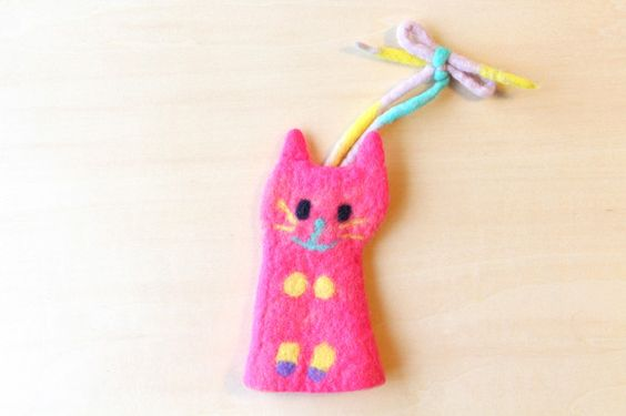 羊毛で作った猫に、鍵をひっかけるパーツが入っています。紐を上に上げると、猫の体に鍵がおさまります。紐も羊毛で作っています。鍵は、3つほど付けられます。-Siz...|ハンドメイド、手作り、手仕事品の通販・販売・購入ならCreema。