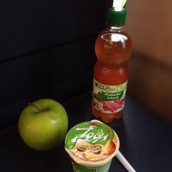 Bei meiner Sitznachbarin sieht das Frühstück hingegen so aus. Viel zu einseitig! #Oomenmampft