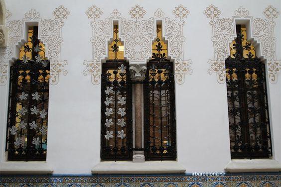 Casa Macaya. En Barcelona, la obra del arquitecto modernista Josep Puig i Cadafalch, es conocida como Palau Macaya, puede visitarse y pertenece a LaCaixa.