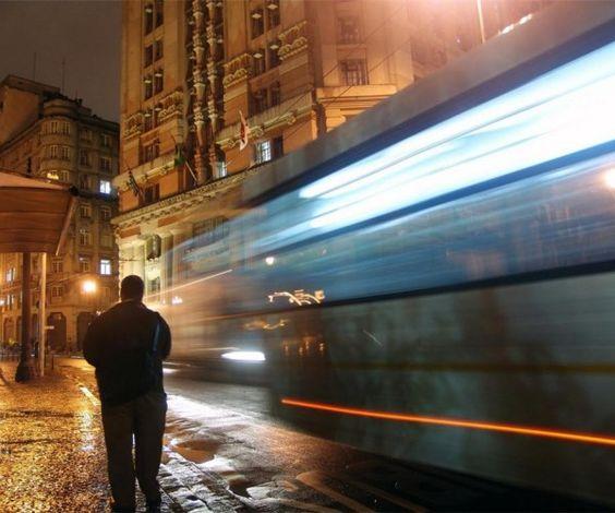 Sair mais cedo adianta para não ficar apertado no transporte coletivo?