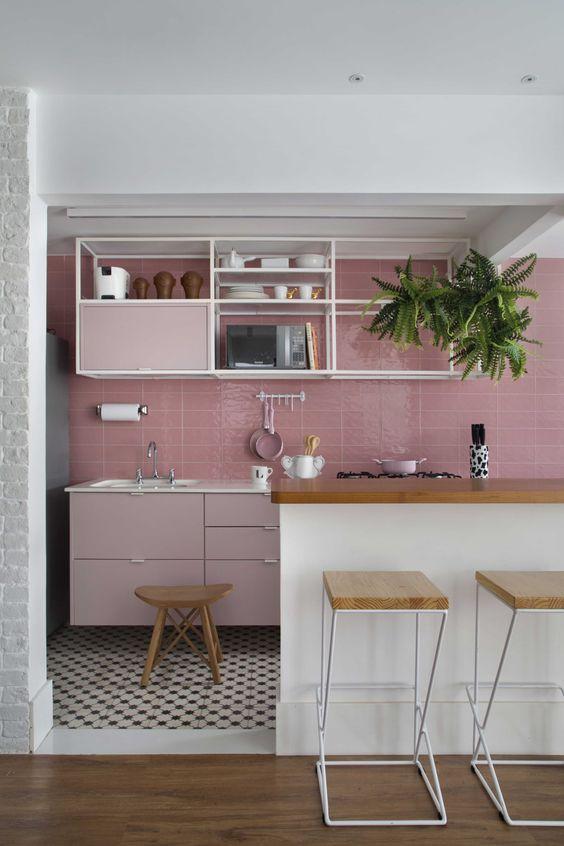 Na cozinha da influencer Luiza D'Angelo, a cor favorita da blogueira é destaque no projeto do Marcella Bacellar Studio