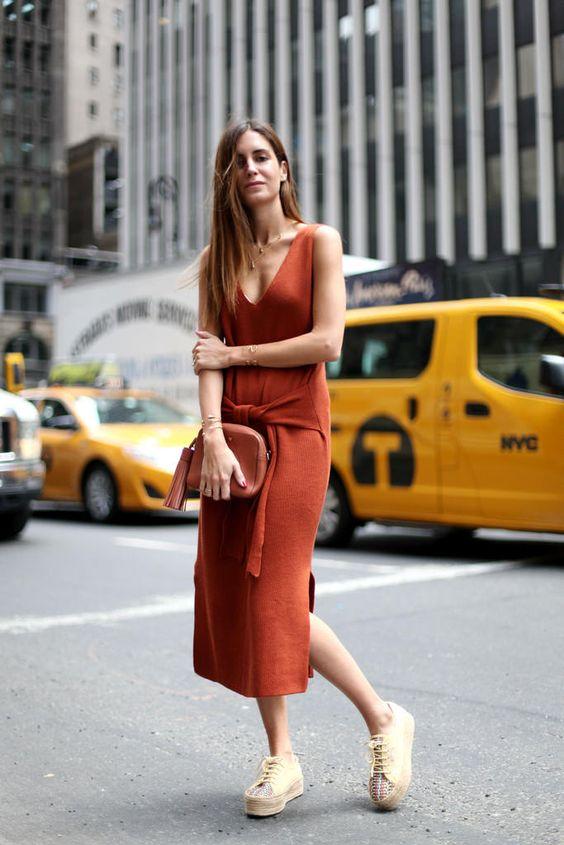 Hoy llevo: Vestido de punto de Zara, zapatillas de Superga, bolso de Anya Hindmarch y joyas de Gala para Tous.