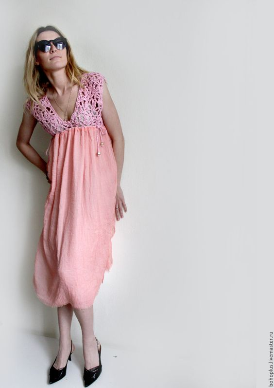 Купить или заказать Летнее платье 'Розовый коралл' в интернет-магазине на Ярмарке Мастеров. Коралловое море Чудесней песни нет. Поедемте на море Я вам спою сонет. Милое платьице-сарафан для любительниц романтики и бохо. Лиф связан из хб пряжи крючком , юбка двойная из шелкового шифона. Лиф и юбка одного тона, на фото почему то не совсем в тон. Платье в единственном экземпляре без повторения в другом размере.: