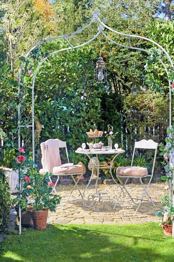 Romantischer Look aus schwerem geschmiedetem Eisen. Stilvoll zur Giebelspitze geschwungen. Standsicherung durch Bodenspieß. Rosenbögen sind die Stilmittel der romantischen Blumengärten. Sie helfen Ihren Blumen in die Höhe und schaffen gleichzeitig ein wundervolles Portal aus Form und zartem Blütenduft. Das Portal zu Ihrer Entspannung im Garten. Dieser braune Rosenbogen besteht aus hochwertig verarbeitetem Eisen und begeistert auch ohne Bepflanzung mit einem ausgesprochen...