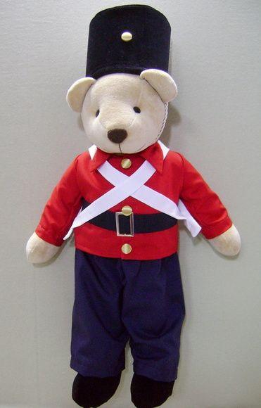 Simpático urso de pelúcia, com 50 cm, com roupa de soldadinho de chumbo. Pode ser colocado em prateleira, nicho ou no berço. Roupa confeccionada em tricoline, algodão de primeira qualidade, antialérgico e de toque muito macio. R$ 158,80