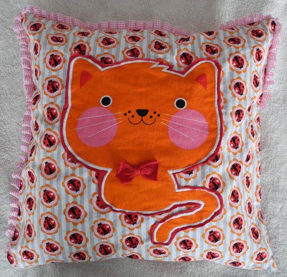 Mein Kissen für die Kissenschlacht *miau*... Genäht ist es aus dem tollen Käferstoff von Cherry...